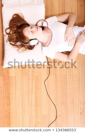 młodych · kobieta · słuchanie · muzyki · słuchawki - zdjęcia stock © Rob_Stark