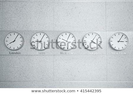 Pared relojes tiempo diferente mundo Foto stock © galitskaya