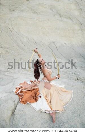 Árabe · dançarina · espada · pose · areia · fitness - foto stock © fxegs
