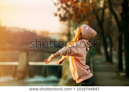 Güneş genç kadın kız el Stok fotoğraf © yurok