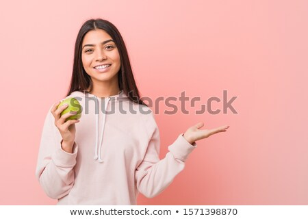 Sağlıklı genç kız yeme besleyici yeşil elma Stok fotoğraf © stockyimages