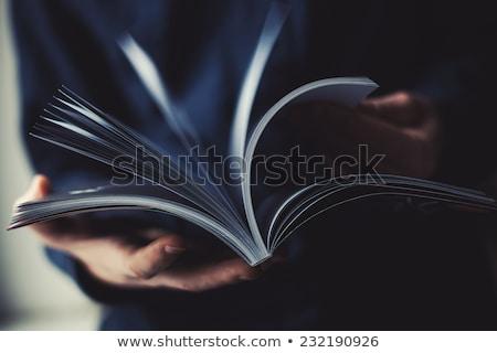 Jonge zakenman lezing tijdschrift kantoor gebouw Stockfoto © photography33