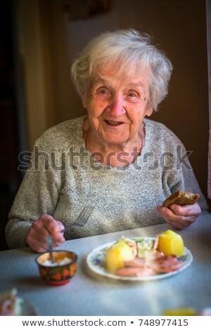 oude · vrouw · eten · appel · portret · rode · appel - stockfoto © photography33