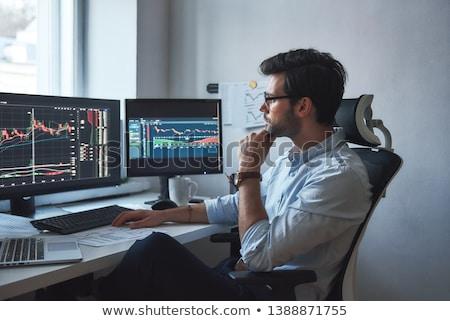Stock guardando computer imprenditori di trading grafici Foto d'archivio © kasto