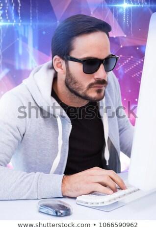 Popa gafas de sol escribiendo teclado blanco Foto stock © wavebreak_media