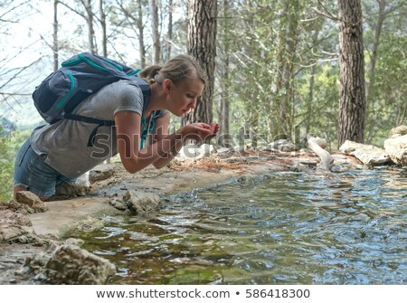 Source printemps eau femme potable montagne Photo stock © lunamarina
