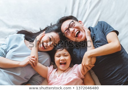 Asiático família feliz praia céu amor Foto stock © yongtick