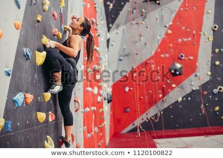 vrouw · klimmen · muur · atletisch · meisje - stockfoto © is2