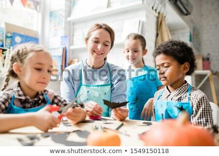 Multiculturele jeugdig schoolkinderen leraar naar handgemaakt Stockfoto © pressmaster