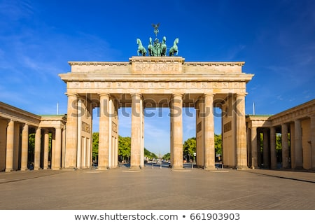 Brandenburgi kapu Berlin kora reggel épület terv ajtó Stock fotó © elxeneize