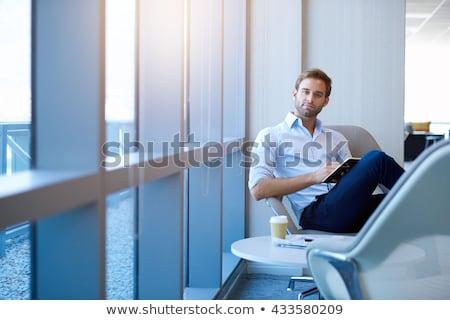 Foto stock: Jovem · homem · de · negócios · pensando · retrato · cinza