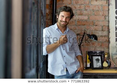 Foto stock: Homem · bonito · em · pé · cinza · sorridente · feliz · moda