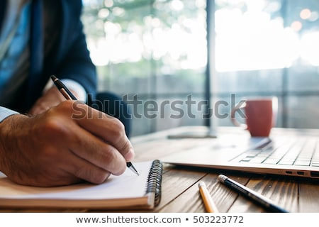 Zdjęcia stock: Biznesmen · zauważa · schowek · kopia · przestrzeń · odizolowany