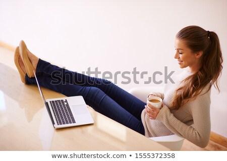 casual · tiro · mulher · jovem · pose · brasão - foto stock © stockyimages