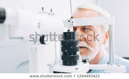 Examen de la vue souriant opticien pointant lettres oeil Photo stock © luminastock