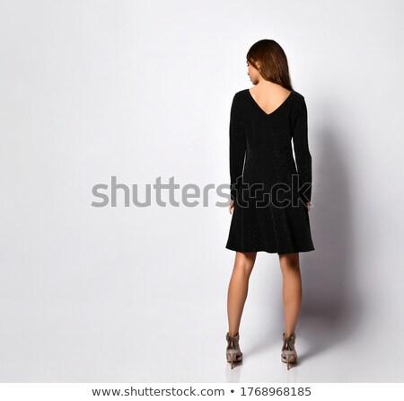 moda · mujer · posando · uno · pierna · atrás - foto stock © feedough