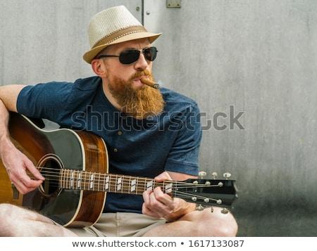 Hombre fedora cigarro jugando guitarra acústica foto Foto stock © sumners