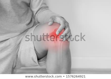 uomo · sofferenza · ginocchio · dolore · seduta · divano - foto d'archivio © dolgachov