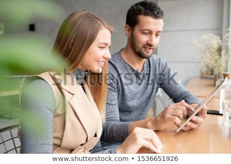 Szczęśliwy młodych kobieta interesu kolega prezentacji spotkanie Zdjęcia stock © pressmaster