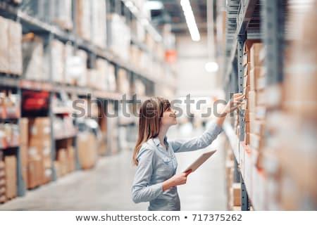 Mulher jovem clipboard topo ver sorridente jovem Foto stock © feedough