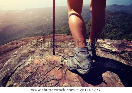 ストックフォト: 脚 · 足 · 立って · 岩 · 山 · 手