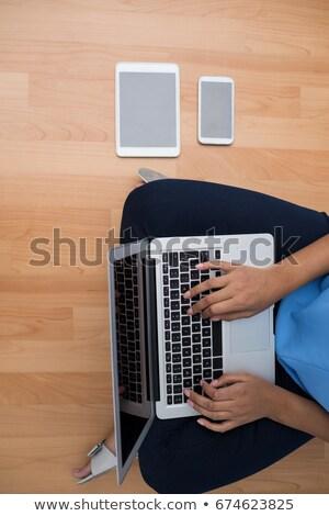 aandachtig · zakenvrouw · vergadering · antieke · stoel · vrouw - stockfoto © wavebreak_media