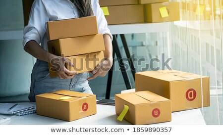 Jonge vrouw vak objecten klein kamer Stockfoto © IS2