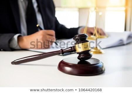 abogado · mano · documento · tribunal · justicia · ley - foto stock © snowing