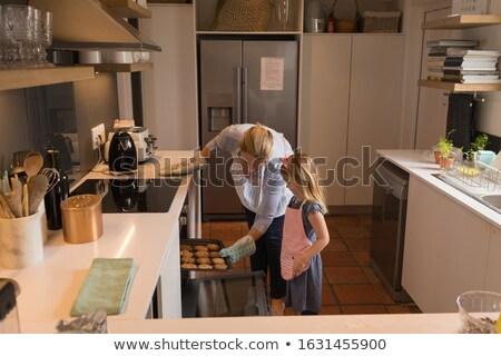 Vista lateral amoroso mãe filha bolinhos Foto stock © wavebreak_media