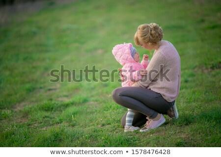 Moeder weinig dochter tranen gras vrouwen Stockfoto © ElenaBatkova