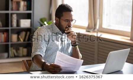 Genç işadamı dizüstü bilgisayar belge yakışıklı okuma Stok fotoğraf © jeliva