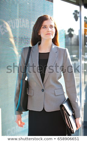 imprenditrice · posa · di · bell'aspetto · donna · piedi - foto d'archivio © is2