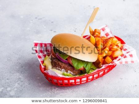 Vers rundvlees hamburger saus groenten chips Stockfoto © DenisMArt