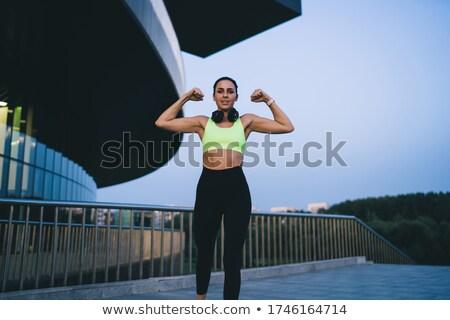 Vrouwelijke bodybuilder naar camera witte vrouw Stockfoto © wavebreak_media