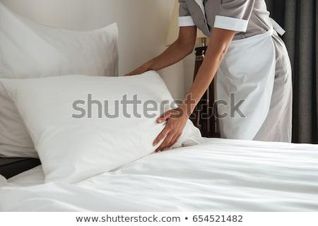imagem · cama · quarto · de · hotel · feminino · jovem - foto stock © deandrobot