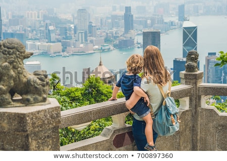 Maman fils pic fond Hong-Kong Photo stock © galitskaya