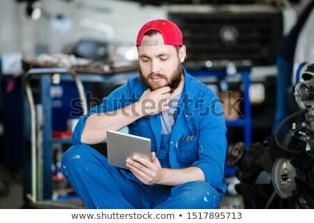 Jeunes pensive technicien réparation Ouvrir la touchpad Photo stock © pressmaster