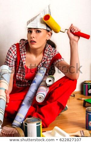Stock fotó: Női · festő · sapka · tart · tapéta · tekercsek