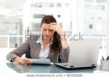 Stockfoto: Peinzend · zakenvrouw · naar · papier · werken · laptop