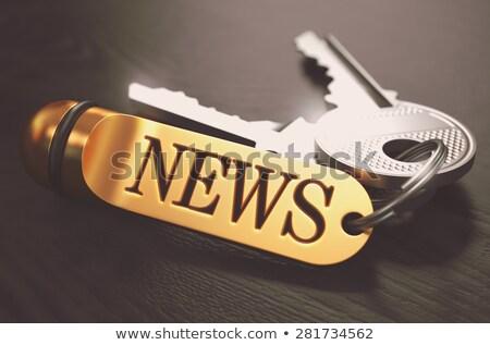 Foto stock: Notícia · teclas · dourado · preto · mesa · de · madeira