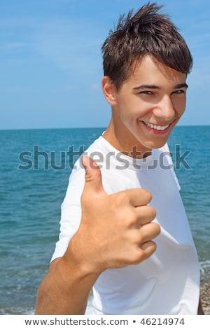 Uśmiechnięty nastolatek chłopca morza gest niebo Zdjęcia stock © Paha_L