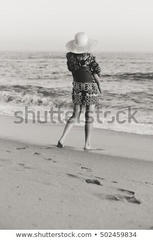 Feliz nina caminando playa de arena retrato Foto stock © AndreyPopov