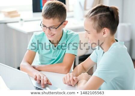 Zwei cute Mittelschule Jungen Sitzung Schreibtisch Stock foto © pressmaster