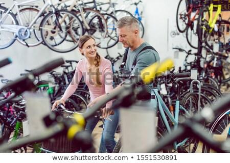 Sprzedawca pomoc klienta rowerów sklep odnaleźć Zdjęcia stock © Kzenon