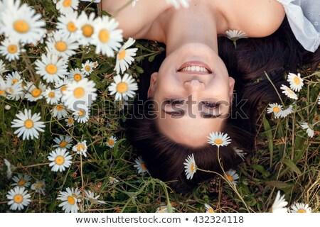 bella · donna · sorridente · camomilla · ghirlanda · bella · donna · sorridere - foto d'archivio © pekour
