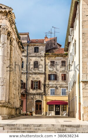 Kroatië · oude · smal · straat · trap · beneden - stockfoto © romitasromala
