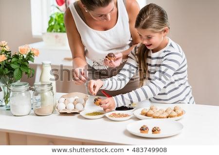 Lánygyermek minitorták anya közelkép házi készítésű minitorta Stock fotó © AndreyPopov