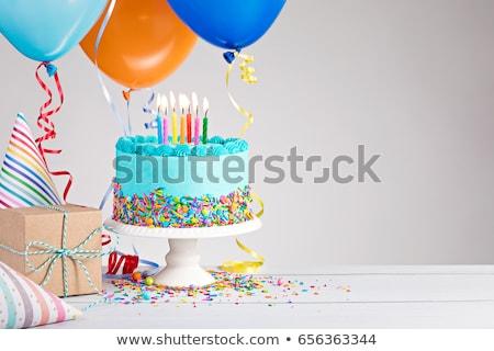 お誕生日おめでとうございます · 贈り物 · キャンドル · 先頭 · チョコレート · 誕生日ケーキ - ストックフォト © rojoimages