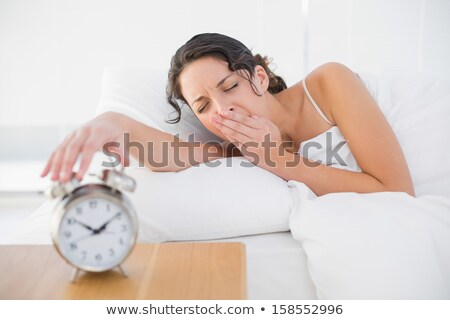 ストックフォト: 女性 · オフ · 目覚まし時計 · ベッド · 家 · 手