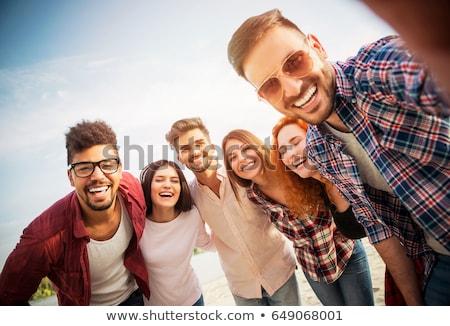 Fericit zâmbitor prietenii în aer liber în picioare cerc Imagine de stoc © dolgachov